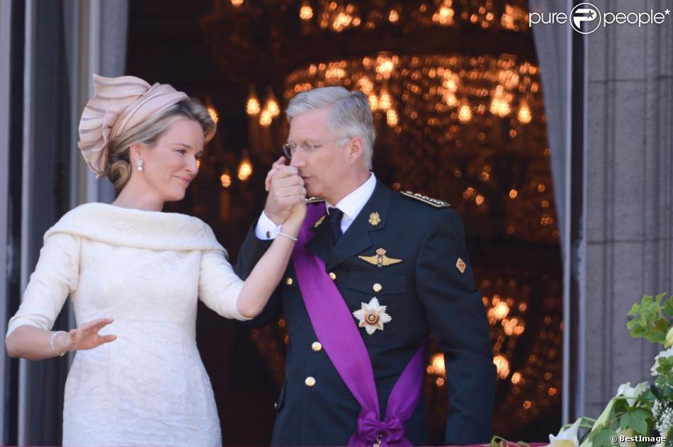 Le roi Philippe et la reine Mathilde de Belgique se présente au balcon du palais royal après la prestation de serment de Philippe à Bruxelles, le 21 juillet 2013.