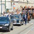 """Le roi Philippe et la reine Mathilde de Belgique à bord d'une Mercedes 600 décapotable munie de la plaque d'immatriculation """"1"""", réservée au souverain belge, à Bruxelles, le 21 juillet 2013."""