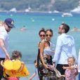 Nicole Richie, Joel Madden et leurs enfants Harlow et Sparrow se promènent sur une plage à Saint-Tropez. Le 23 juillet 2013.