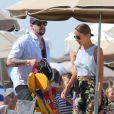 Nicole Richie, Joel Madden et leurs enfants Harlow et Sparrow quittent le restaurant Nioulargo sur la plage de Pampelonne, avant de remonter à bord de leur yacht. Saint-Tropez, le 23 juillet 2013.