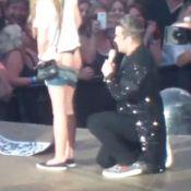 Robbie Williams : Rock'n'roll, il signe les fesses d'une fan en plein concert !