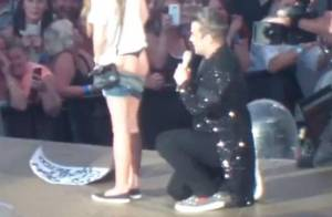 Robbie Williams : Rock'n'roll, il signe les fesses d'une fan en plein concert !