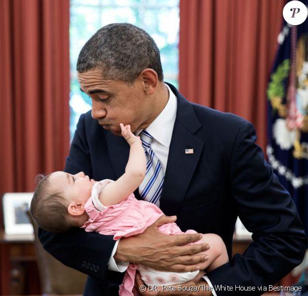 Barack Obama pose avec Talia Neufeld, fille d'un membre du staff de la Maison Blanche. Photo prise à Washington en juin 2013.