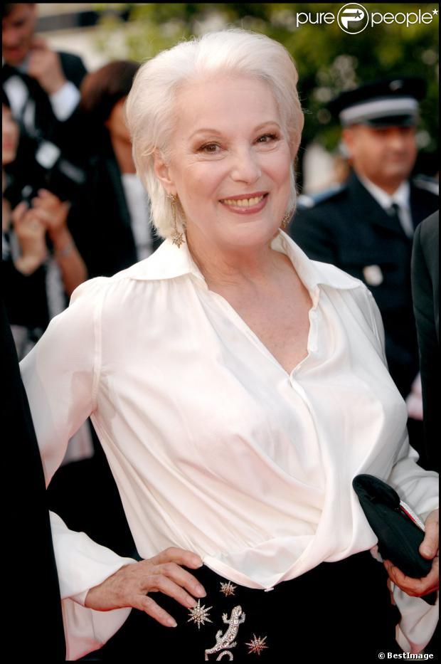 Bernadette Lafont sur les marches du palais des festivals à Cannes 2007