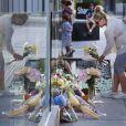 """Des fans sont venus déposer des fleurs et ont érigé un mémorial en hommage à l'acteur de la série """"Glee"""", Cory Monteith, décédé d'une overdose samedi 13 juillet 2013 à Vancouver."""