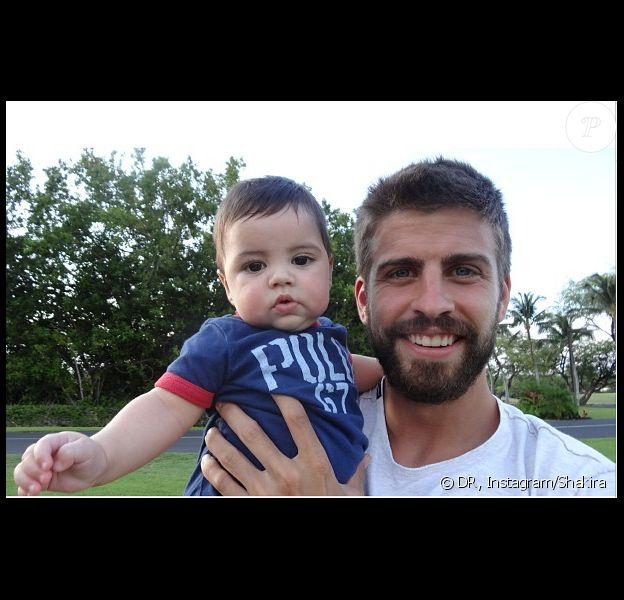Gerard Piqué et son petit garçon Milan à Hawaï en juillet 2013