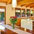 L'ex-joueur de tennis John McEnroe et sa femme Patty Smyth ont acheté cette maison de Malibu pour 3,3 millions de dollars.