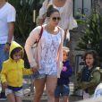 La chanteuse Jennifer Lopez et son compagnon Casper Smart et ses enfants Emme et Max sur une plage de Malibu, le 6 juillet 2013.