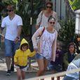 Jennifer Lopez et son compagnon Casper Smart et ses enfants Emme et Max sur une plage de Malibu, le 6 juillet 2013.