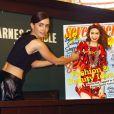 """Lily Collins à la rencontre ses fans lors de la présentation du """"Lily Collins Seventeen Magazine September Cover Issue"""" à New York, le 6 août 2013."""