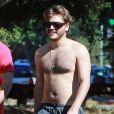 Exclusif - Emile Hirsch, torse nu, se balade avec un ami dans les rues de Studio City. Un peu plus tard, il discute avec un agent de la police pour éviter une amende alors qu'il était mal garé. Le 6 août 2013.