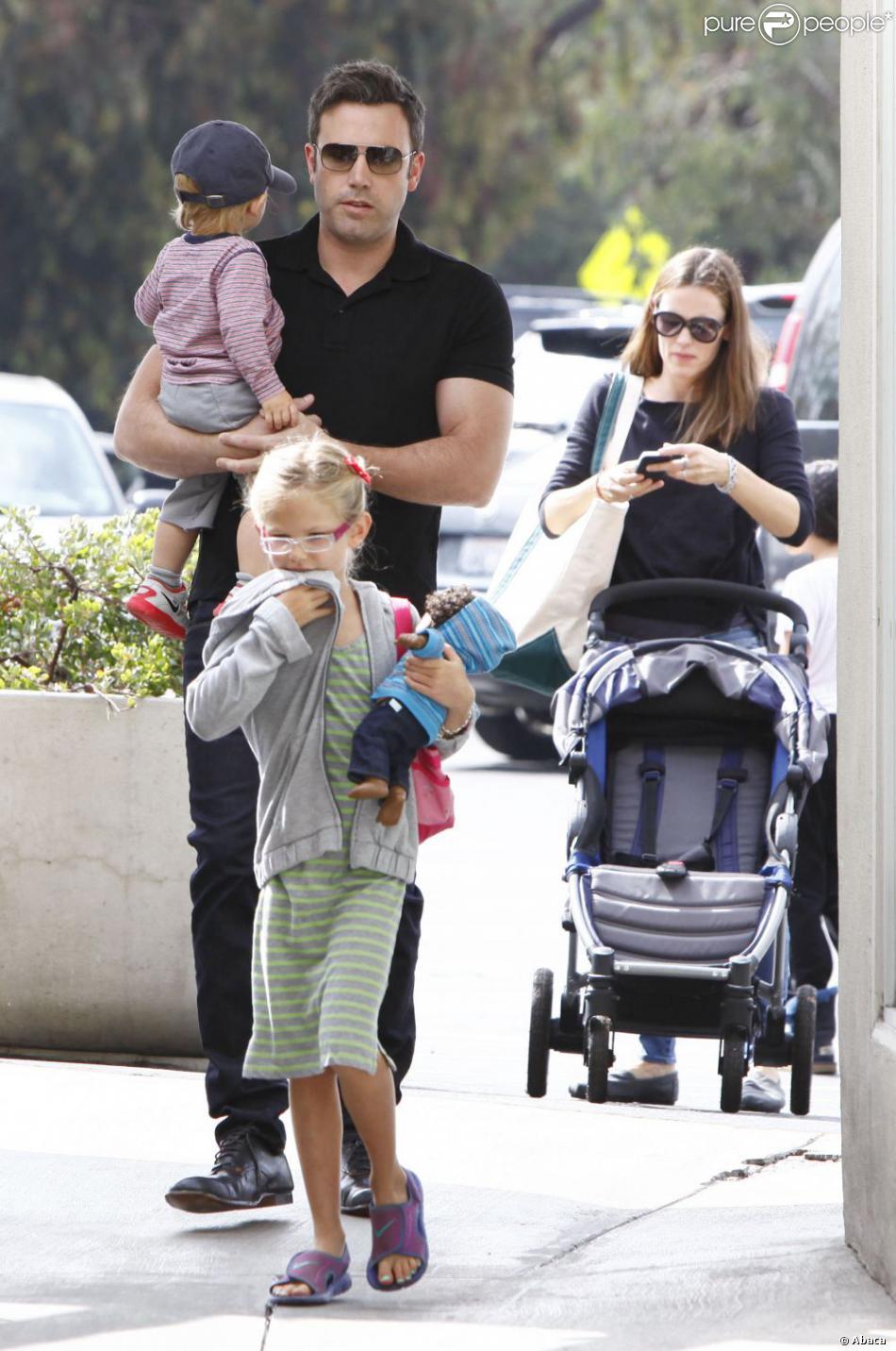 Jennifer Garner est allée faire son marché comme tous les dimanches au Farmers Market en compagnie de son mari Ben Affleck, et de leurs enfants Violet et Samuel, le 11 août 2013 à Pacific Palisades - Mais où était donc Seraphina ?