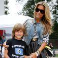 Sylvie Van der Vaart et son fils Damian lors d'un match de charité baptisé 'Playing Soccer with Heart' au stade du SC Victoria d'Hambourg le 11 août 2013