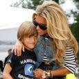 Sylvie Van der Vaart, maman complice avec son fils Damian lors d'un match de charité baptisé 'Playing Soccer with Heart' au stade du SC Victoria d'Hambourg le 11 août 2013