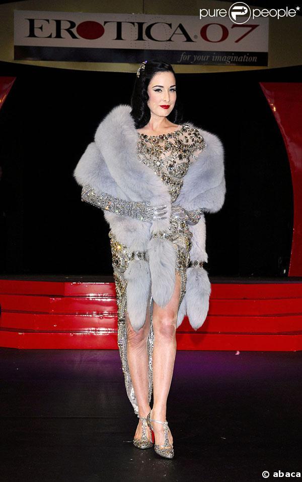 Dita von teese lors de l 39 inauguration du salon de l 39 rotisme londres - Salon de l erotisme tournai ...