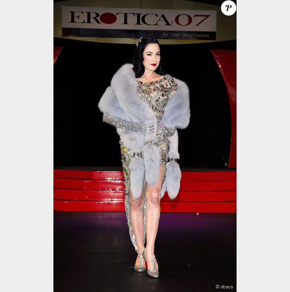 Dita von teese lors de l 39 inauguration du salon de l for Video du salon de l erotisme