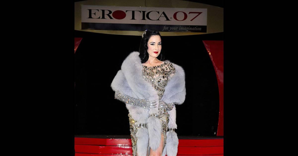 Dita von teese au salon de l 39 erotisme purepeople for Video du salon de l erotisme