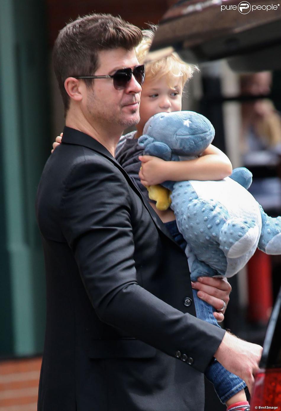 Robin Thicke et son fils Julian à la sortie d'un hôtel de New York, le 23 août 2013.