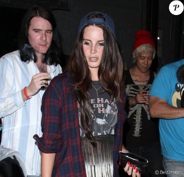 Lana Del Rey et son petit ami Barrie James O'Neill à la sortie du club Troubadour à West Hollywood, le 26 août 2013.