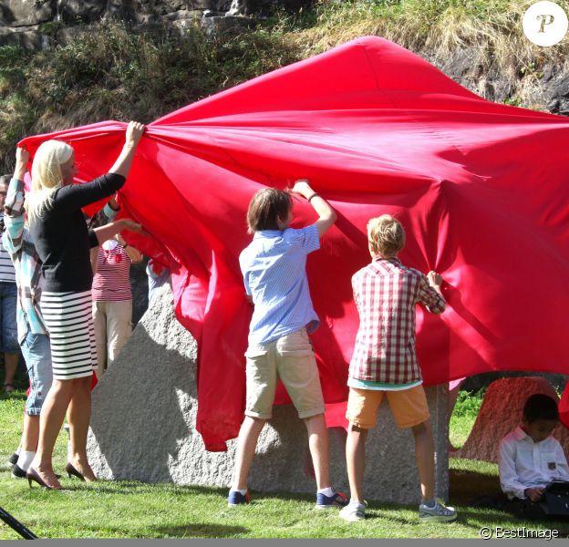 L'heure de la révélation a sonné ! La princesse Mette-Marit de Norvège inaugurait le 28 août 2013 dans le parc de la citadelle d'Akershus, à Oslo, des sculptures réalisées par des écoliers, exposées pour trois ans.