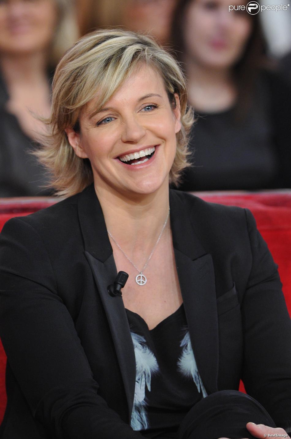 """Céline Géraud sur le plateau de l'émission """"Vivement Dimanche"""", à Paris, le 16 décembre 2012."""