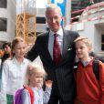 Le roi Philippe de Belgique accompagnait le 2 septembre 2013 ses enfants Elisabeth (secondaire), Gabriel (primaire) et Eléonore (maternelle) au Collège Sint-Jan-Berchmans de Bruxelles pour leur rentrée des classes.