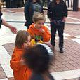 Angelina Jolie le 2 septembre 2013 en séance shopping avec ses enfants. Il s'agirait de Knox, 5 ans, et de Zahara (floue), 8 ans et demi