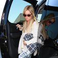 Ashley Tisdale descend de la voiture de l'acteur David Caruso à l'aéroport de Los Angeles, le 5 septembre 2013.