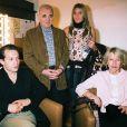 Charles Aznavour et son épouse Ulla Thorsell dans les coulisses du Palais des Congrès de Paris, le 18 avril 2004. Ils sont accomapgné de deux de leurs enfants : Katia, choriste de son papa depuis les années 90, et Misha