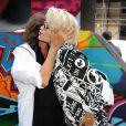Donna Karan embrasse Rita Ora lors du défilé DKNY printemps-été 2014 au studio Cedar Lake. New York, le 8 septembre 2013.