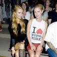 Paris et Nicky Hilton assistent au défilé Jeremy Scott printemps-été 2014 aux studios Milk. New York, le 11 septembre 2013.