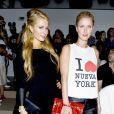 Paris Hilton et Nicky Hilton assistent au défilé Jeremy Scott printemps-été 2014 aux studios Milk. New York, le 11 septembre 2013.