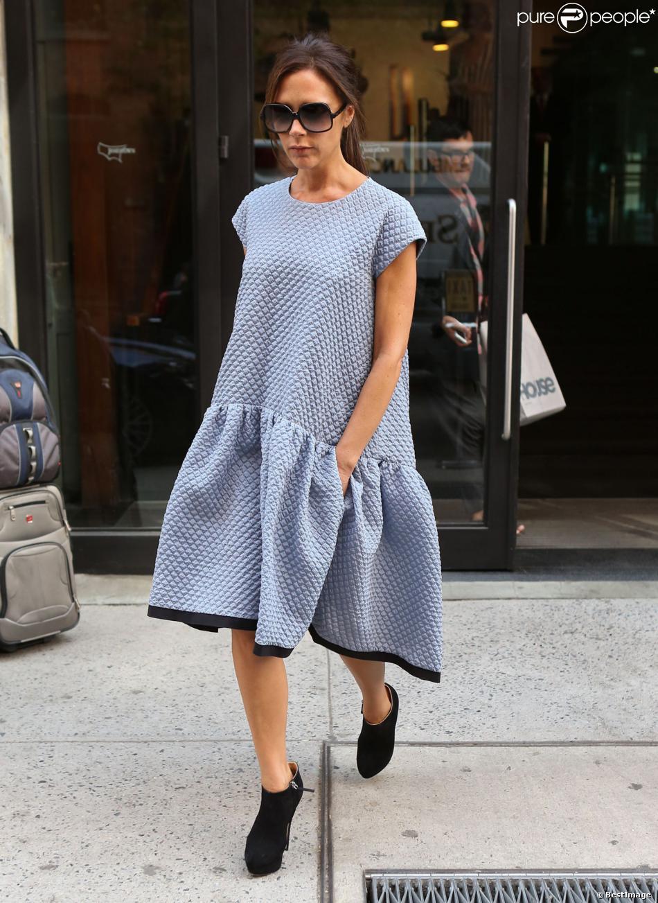 Victoria Beckham brille à New York, habillée d'une robe Victoria Victoria Beckham (sa deuxième marque de vêtements) issue de la collection printemps-été 2014 et de bottines Giuseppe Zanotti. Le 9 septembre 2013.