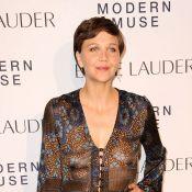 Maggie Gyllenhaal ose une robe transparente sans soutien-gorge