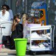 Angelina Jolie avec sa fille Vivienne à Sydney, le 15 septembre 2013. Elle a emmené Shiloh et la petite Vivienne dans un atelier de créations artistiques, puis a acheté à sa plus jeune fille une surprise Pokemon
