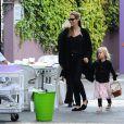 Angelina Jolie avec sa fille Vivienne à Sydney, le 15 septembre 2013. La petite Vivienne a eu droit à une surprise Pokemon avec sa mère