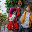 Camille Lacourt tente d'échapper au Capitaine Crochet lors de son passage à Disneyland Paris le week-end du 15 septembre 2013