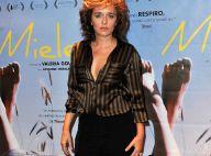 Valeria Golino : Chemise entrouverte et regard ravageur, elle séduit sans mal