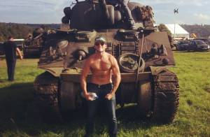 Scott Eastwood : Le fils de Clint, torse nu et au côté de Brad Pitt, fait fureur