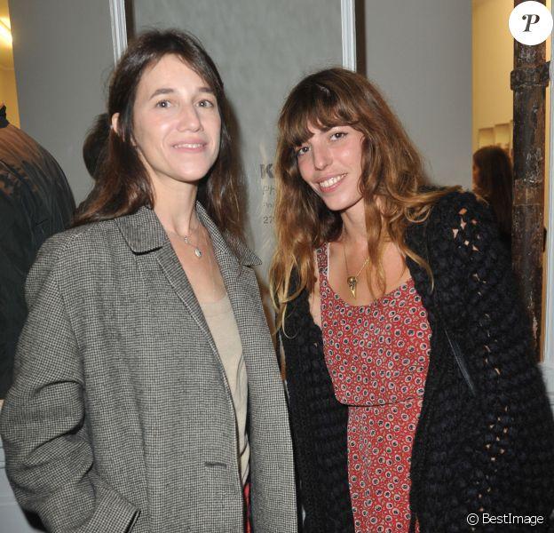 """Lou Doillon et Charlotte Gainsbourg lors de l'inauguration de la Galerie Cinéma d'Anne-Dominique Toussaint et le vernissage de l'exposition """"Point of View"""" de Kate Barry à Paris le 26 septembre 2013"""