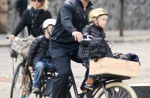 Naomi Watts : En métro ou à vélo, maman écolo avec sa petite famille
