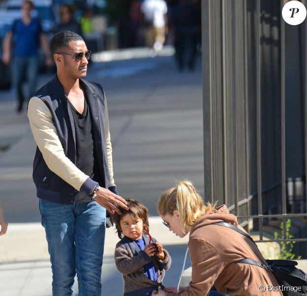Doutzen Kroes passe la journée au parc avec son mari Sunnery James et son fils Phyllon Joy à New York, le 28 septembre 2013