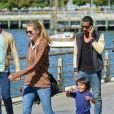 La belle égérie L'Oréal Paris Doutzen Kroes passe la journée au parc avec son mari Sunnery James et son fils Phyllon Joy à New York, le 28 septembre 2013