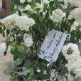 Gerbe de fleurs de Johnny et Laeticia Hallyday lors des obsèques de Jean-Pierre Pierre-Bloch au cimetière du Montparnasse à Paris, le 2 octobre 2013