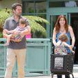 Alyson Hannigan et son mari Alexis Denisof en pleine séance de shopping avec leurs filles Satyana et Keeva à Los Angeles, le 26 Juillet 2013.
