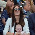 Peta Todd, femme de Mark Cavendish, avec ses deux enfants à Paris le 22 juillet 2012.