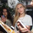"""Cara Delevingne se rend dans un salon de tatouage à Rio de Janeiro au Br""""sil le 5 octobre 2013."""
