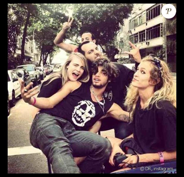 Cara Delevingne et Alice Dellal posent avec leurs amis au Brésil en octobre 2013