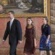 Le prince Felipe, la princesse Letizia d'Espagne et l'infante Elena d'Espagne lors de la réception au palais royal pour la fête nationale de l'Espagne à Madrid, le 12 octobre 2013.