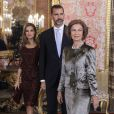 La reine Sofia d'Espagne, le prince Felipe et la princesse Letizia d'Espagne lors de la réception au palais royal pour la fête nationale de l'Espagne à Madrid, le 12 octobre 2013.